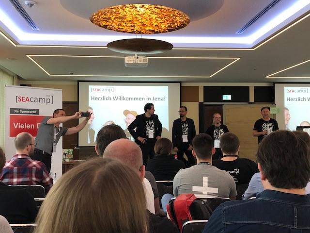 Die Veranstalter Thomas Grübel, Olaf Kopp, David Schlee und Andreas Hörcher begrüßen die Teilnehmer des SEAcamp 2018