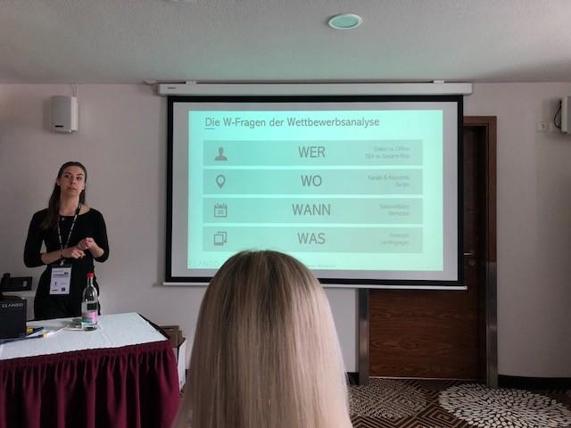 Lara Maria Massmann erklärt, wie eine Wettbewerbsanalyse funktioniert