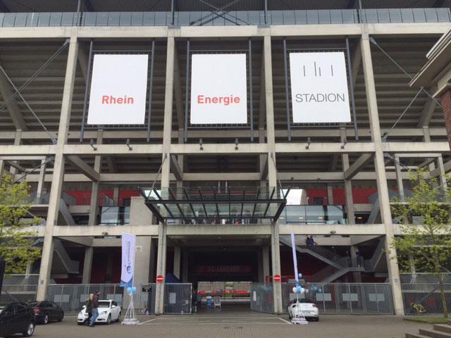 Eingang des E-Commerce Days im imposanten Rhein-Energie Stadions